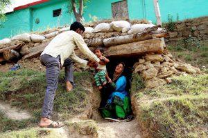 सीमा पर गोलीबारी के चलते गांव ख़ाली करके शिविरों में जाते लोग. (फोटो: पीटीआई)