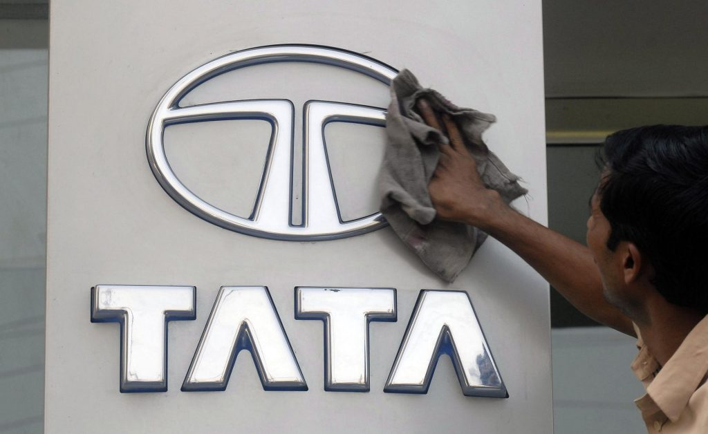 huGO-BildID: 15792070 A worker cleans a Tata Motors logo outside its showroom in the southern Indian city of Hyderabad October 26, 2009. Tata Motors Ltd, India's largest vehicle maker, reported a sharp jump in quarterly net profit, beating forecasts, on improved margins from lower input prices, recovery in volumes and aided by lower foreign exchange losses. REUTERS/Krishnendu Halder (INDIA TRANSPORT BUSINESS)