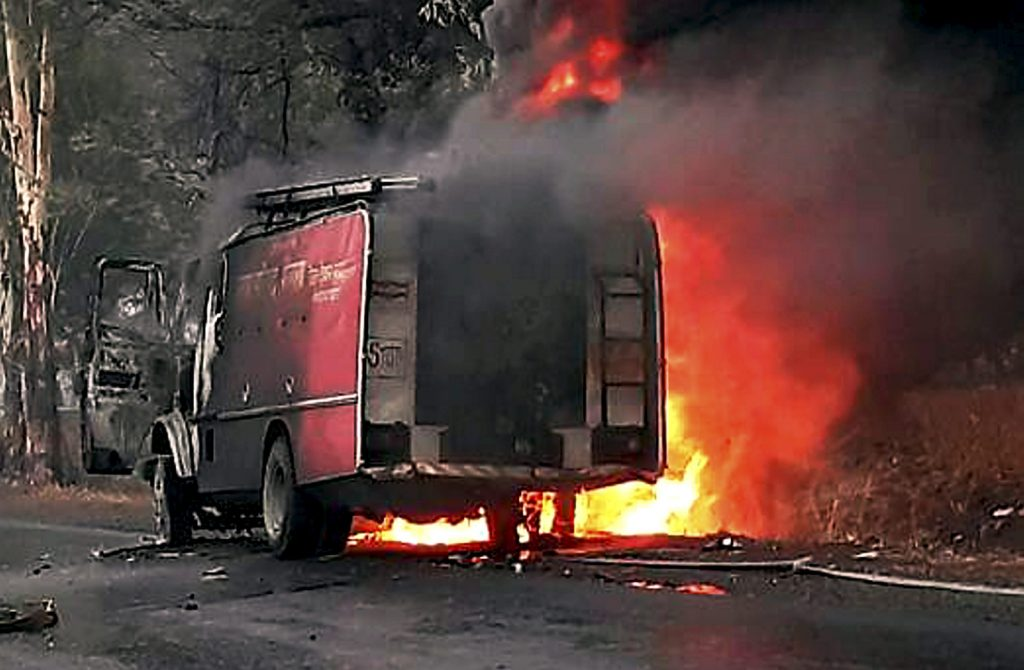 Dewas :  A vehicle in flames after being torched by the agitating farmers at Bhopal-Indore highway in Dewas district on Wednesday. PTI Photo (TV GRAB)(PTI6_7_2017_000205A)