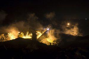 धनबाद के झरिया में जलता हुआ एक खदान. (फोटो: रॉयटर्स)