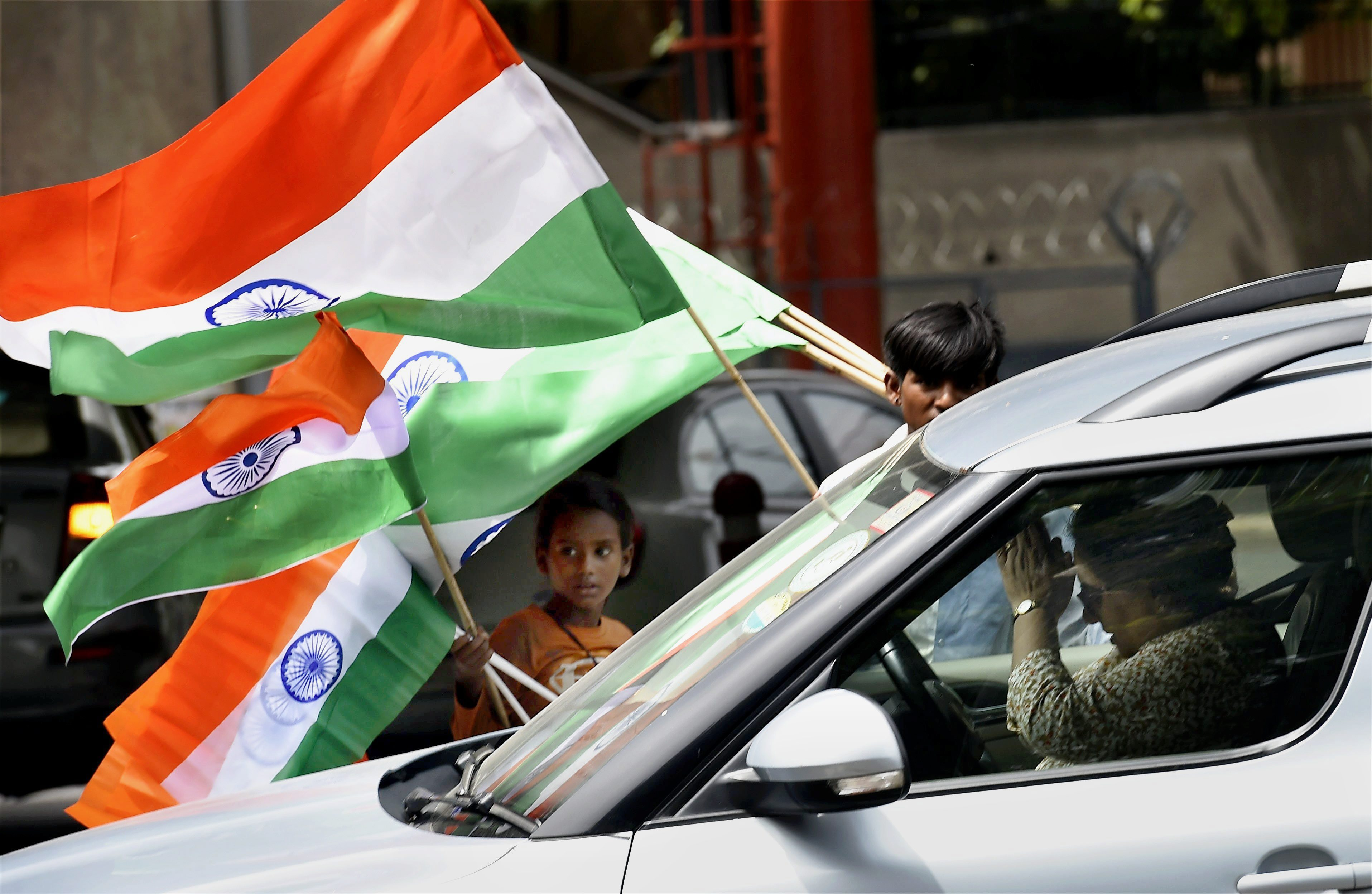 New Delhi: Vendors selling national flags on Sunday ahead of the Independence Day celebrations in New Delhi. PTI Photo by Kamal Singh(PTI8_13_2017_000066A)