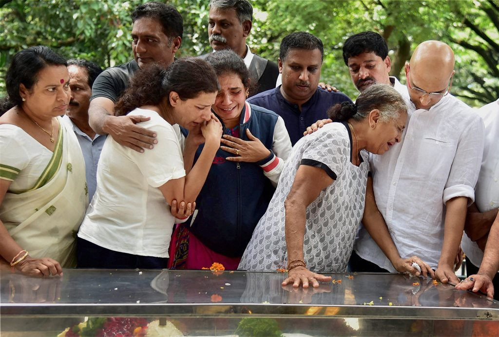 Bengaluru: Journalist Gauri Lankesh s mother Indira, brother Indrajit Lankesh and sister Kavitha Lankesh grieve near the mortal ramains of her, in Bengaluru on Wednesday. PTI Photo by Shailendra Bhojak(PTI9 6 2017 000080A) Dimension:
