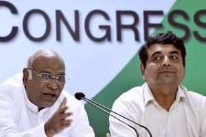 लोकसभा में कांग्रेस नेता मल्लिकार्जुन खड़गे मीडिया से बात करते हुए (फाइल फोटो: पीटीआई)