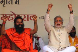 बाबा रामदेव के साथ प्रधानमंत्री नरेंद्र मोदी. (फाइल फोटो: रॉयटर्स)