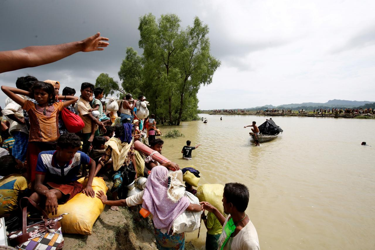 Rohingya refugees wait for boat to cross a canal after crossing the border through the Naf river in Teknaf, Bangladesh, September 7, 2017. REUTERS/Mohammad Ponir Hossain