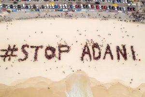 ऑस्ट्रेलिया की राजधानी सिडनी के बोंडी बीच पर अडानी के ख़िलाफ़ लोगों ने प्रदर्शन किया. इस प्रदर्शन में #स्टॉपअडानी नाम से मानव श्रृंखला बनाई. (फोटो साभार: स्टॉप अडानी कैंपेन)