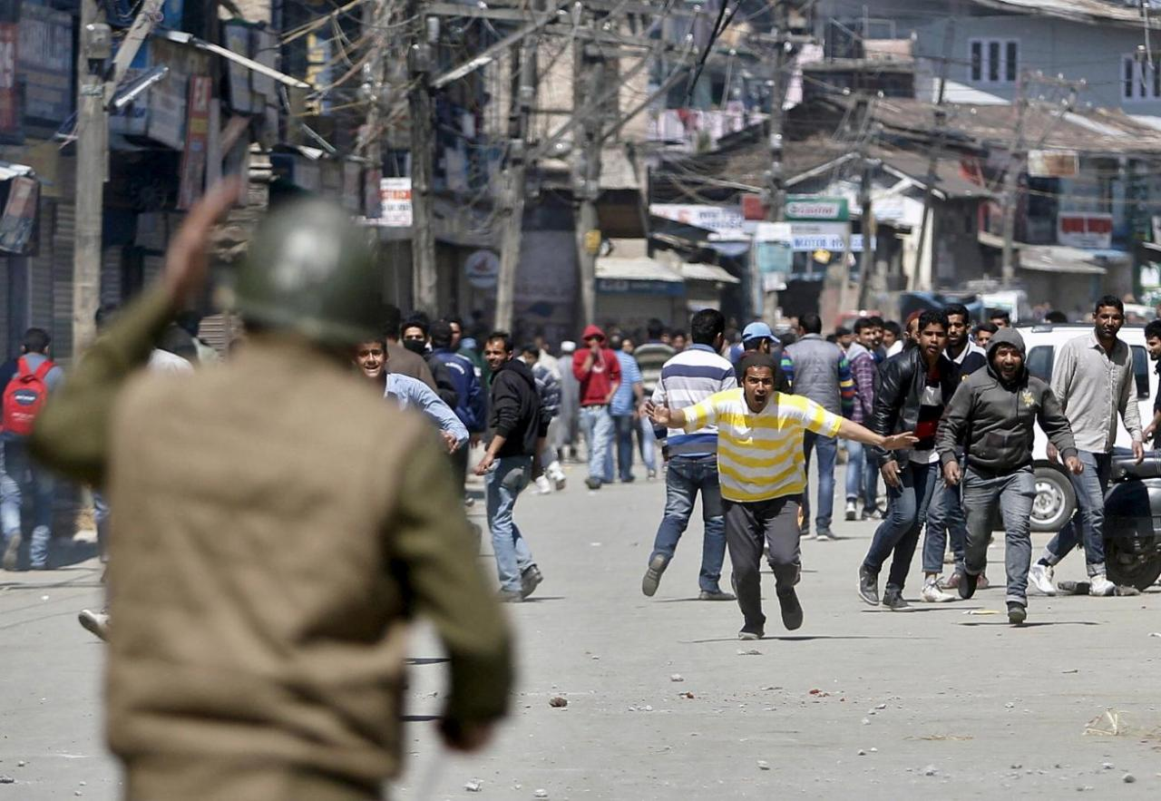 Kashmiri protesters run towards Indian security personnel during a demonstration against the plan to resettle Hindus, in Srinagar April 10, 2015. REUTERS/Danish Ismail