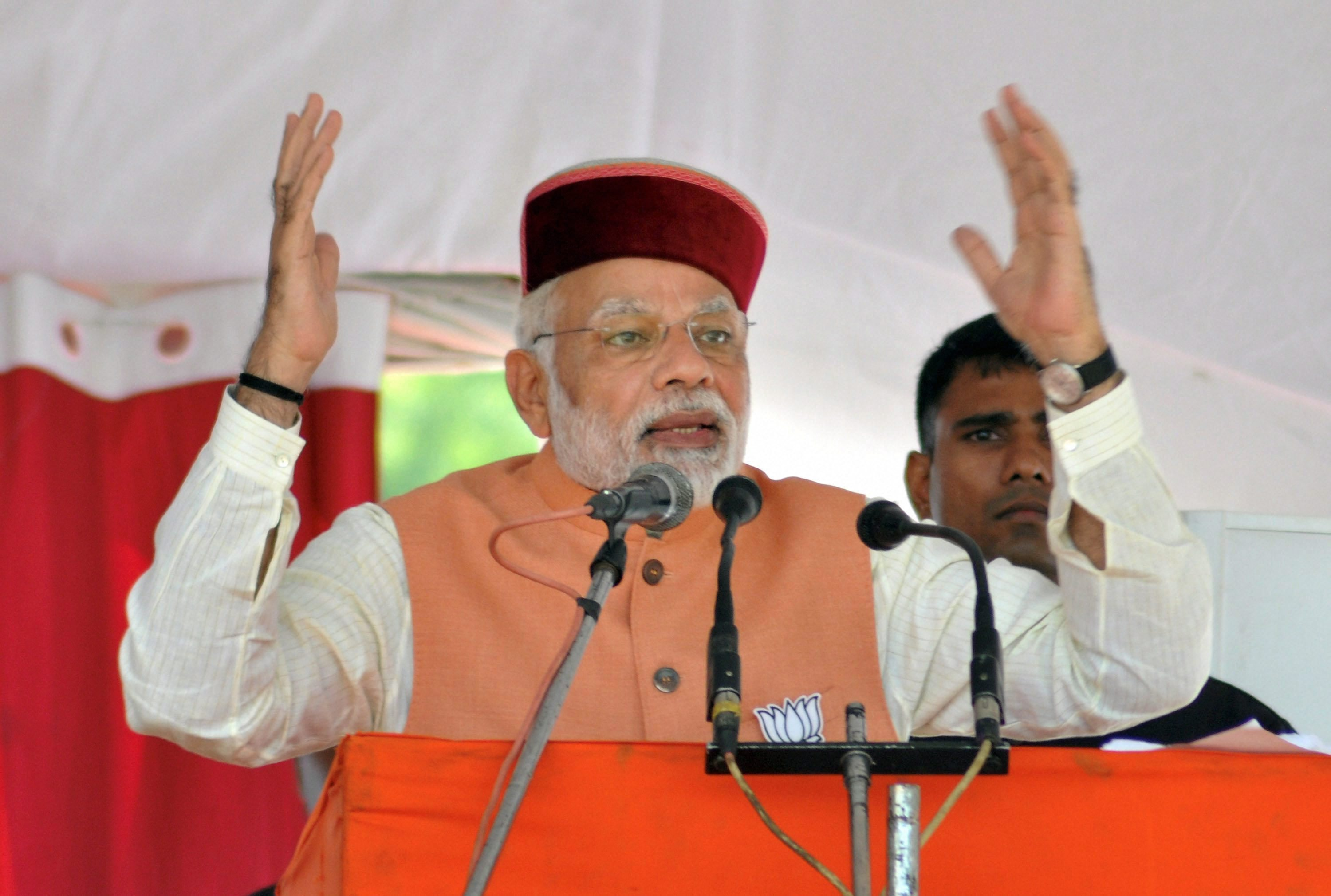Palampur : Prime Minister Narendra Modi addressing an election rally at Palampur on Sunday.PTI Photo (PTI11_5_2017_000080A)