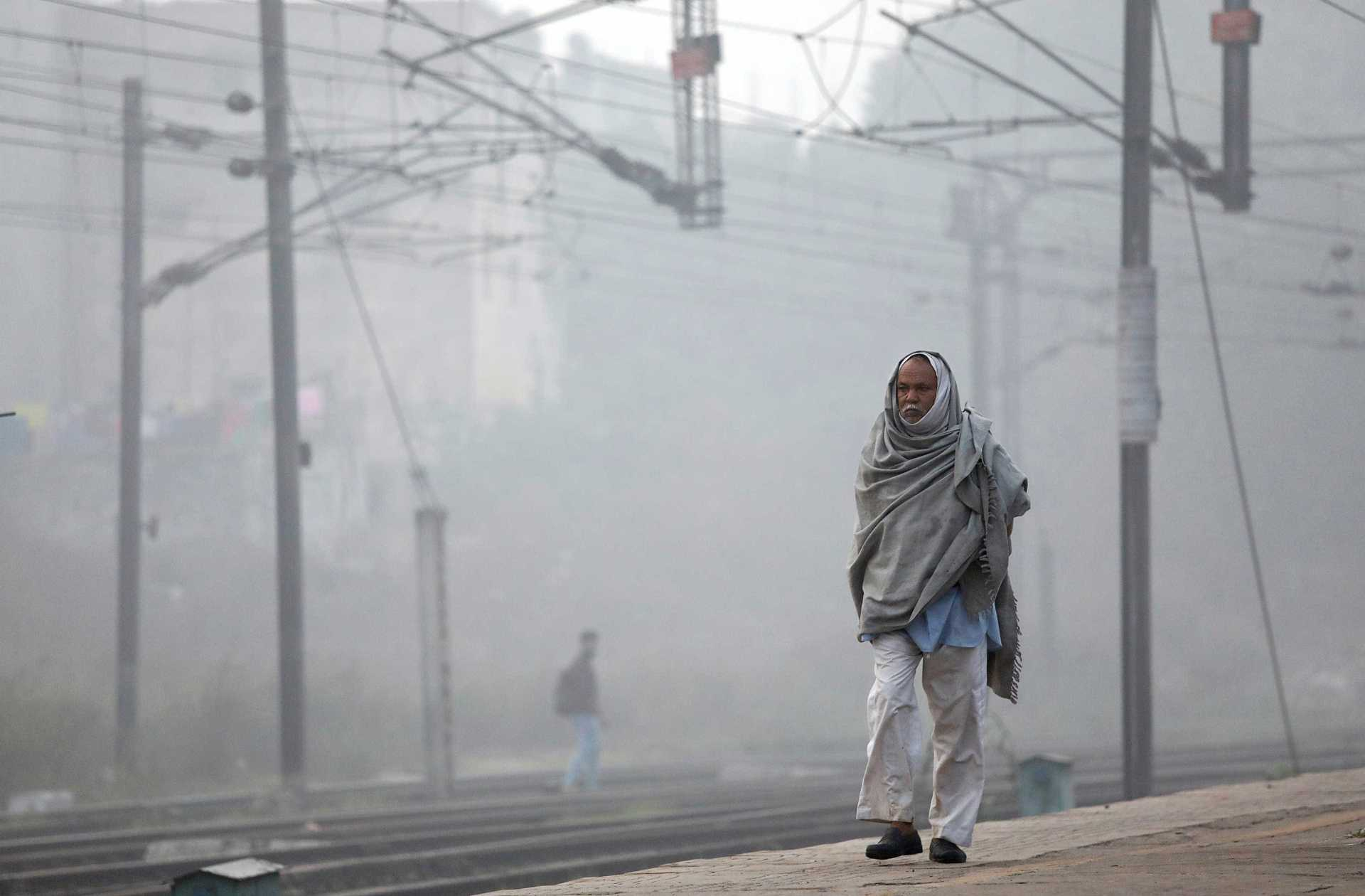 A man walks along a railway platform on a smoggy morning in New Delhi, India, November 10, 2017. REUTERS/Saumya Khandelwal