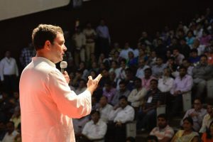 कांग्रेस उपाध्यक्ष राहुल गांधी गुजरात की एक चुनावी सभा में. (फोटो: फेसबुक/कांग्रेस)