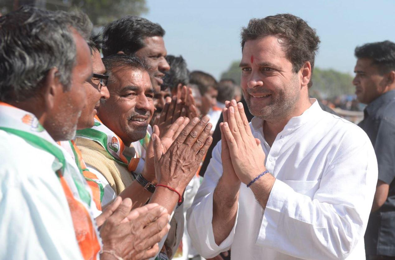 गुजरात में प्रचार के दौरान लोगों से मिलते राहुल गांधी. (फोटो साभार: @INCIndia)