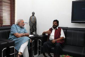 प्रधानमंत्री नरेंद्र मोदी के साथ रामदास अठावले. (फोटो साभार: फेसबुक)
