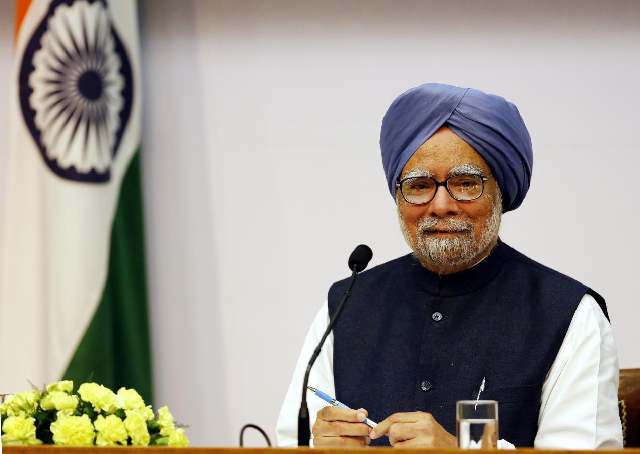 India's Prime Minister Manmohan Singh smiles during a news conference in New Delhi January 3, 2014. Singh will hand over the top job to a new leader after general elections due by May, he said on Friday. REUTERS/Harish Tyagi/Pool (INDIA - Tags: POLITICS)