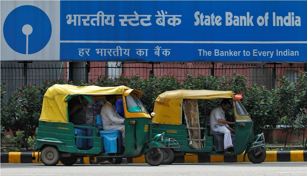 Auto rickshaws wait in front of the head office of State Bank of India (SBI) in New Delhi August 12, 2013. SBI, the country's largest lender, posted a second consecutive drop in quarterly net profit, missing estimates, on worsening asset quality, higher operating expenses and muted growth in interest income. REUTERS/Anindito Mukherjee (INDIA - Tags: BUSINESS) - RTX12I6I