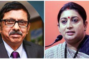 प्रसार भारती बोर्ड के अध्यक्ष ए. सूर्य प्रकाश और सूचना एवं प्रसारण मंत्री स्मृति ईरानी. (फोटो: ट्विटर/पीटीआई)