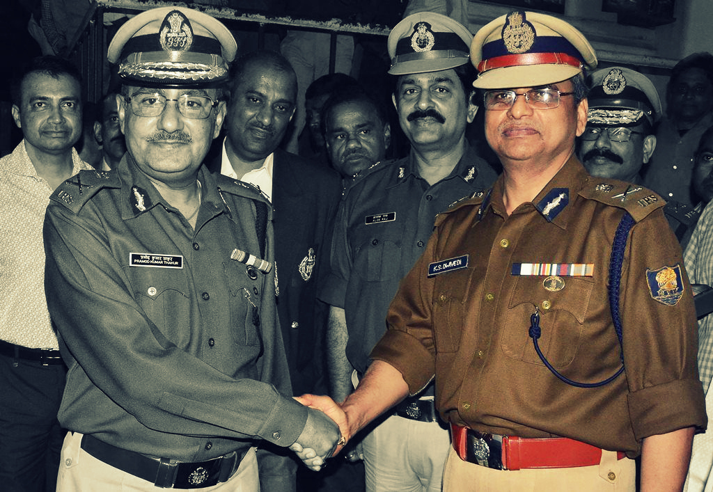 Patna: Outgoing Bihar Police DGP P K Thakur (L) with his successor Krishna Swaroop Dwivedi after handing over charge to him, in Patna on Wednesday. PTI Photo (PTI2_28_2018_000210B)
