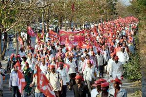 Mumbai: Farmers of All Indian Kisan Sabha (AIKS) march from Nashik to Mumbai to gherao Vidhan Bhawan on March 12, demanding a loan waiver, in Mumbai on Sunday. PTI Photo by Mitesh Bhuvad (PTI3_11_2018_000147B)