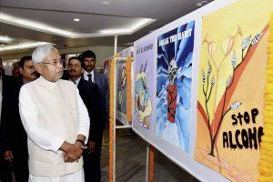 बिहार के मुख्यमंत्री नीतीश कुमार पटना में शराबबंदी की पोस्टर देखते हुए. (फोटो: पीटीआई)