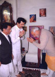 प्रधानमंत्री नरेंद्र मोदी के साथ भैय्यूजी महाराज. (फोटो साभार: पिंटरेस्ट/भैय्यूजीमहाराज)