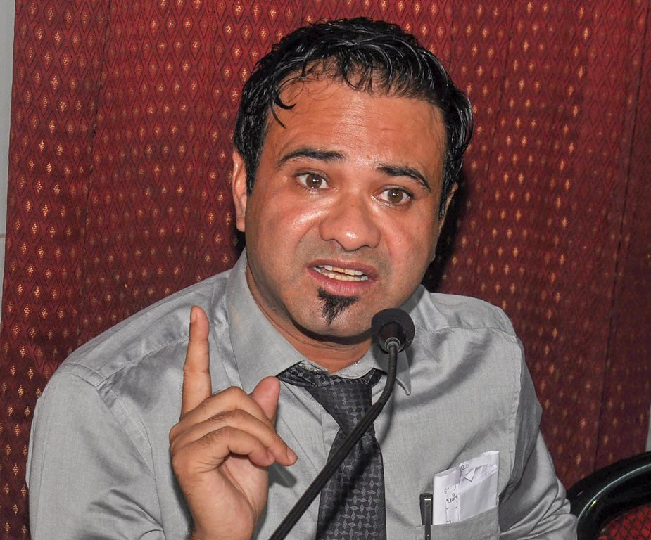 Lucknow: Kafeel Khan, an accused in the BRD Medical Hospital case involving the death of children, speaks at a press conference in Lucknow on Sunday, June 17, 2018. (PTI Photo) (PTI6_17_2018_000100B)