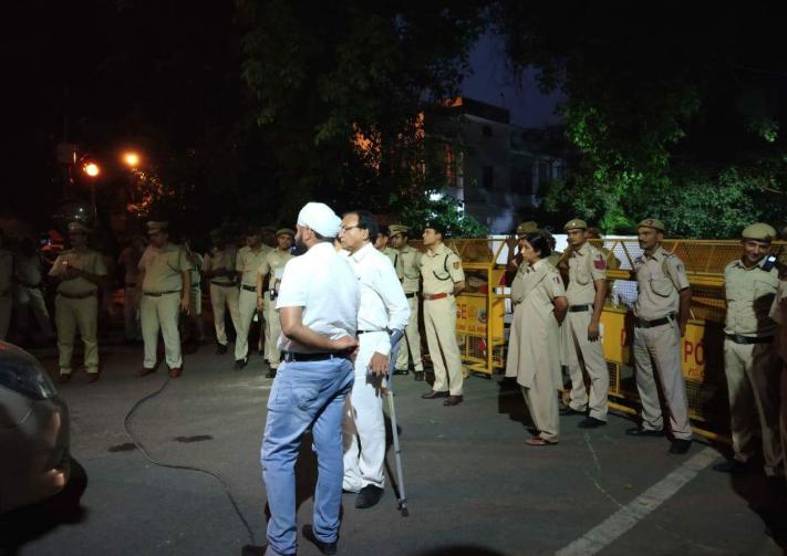 एलजी आवास के बाहर तैनात पुलिस (फोटो साभार: ट्विटर)