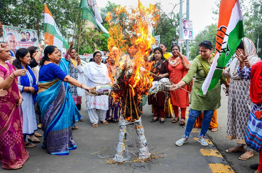 Bhopal: Madhya Pradesh Mahila Congress activists burn an effigy of Chief Minister Shivraj Singh Chouhan in front of PCC headquarters, over the alleged rape of an eight-year-old girl who was abducted from outside her school in Mandsaur, in Bhopal on Friday, June 29, 2018. (PTI Photo)(PTI6_29_2018_000209B)