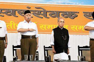 नागपुर में संघ मुख्यालय पर आयोजित कार्यक्रम में संघ प्रमुख मोहन भागवत के साथ पूर्व राष्ट्रपति प्रणब मुखर्जी. (फोटो: रॉयटर्स)