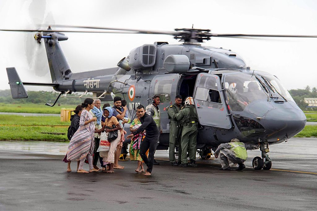 Kochi: Air Force personnel carry out rescue operations at a flood-affected region following heavy monsoon rainfall, in Kochi on Thursday, Aug 16, 2018. (PTI Photo) (PTI8_16_2018_000272B)