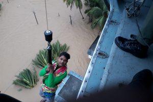 केरल के विभिन्न हिस्सों में बाढ़ में फंसे लोगों को निकालने का काम जारी है. (फोटो साभार: ट्विटर/@DefenceMinIndia)