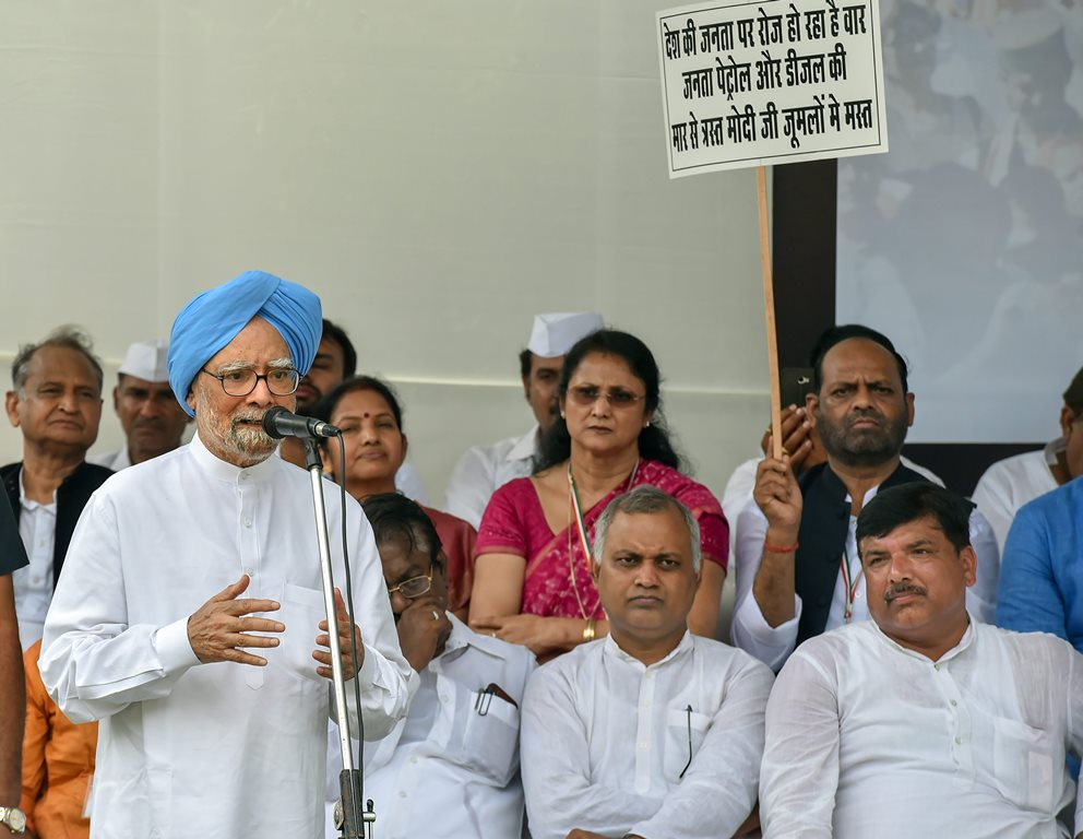 New Delhi: Former prime minister Manmohan Singh speaks at a 'dharna' during the 'Bharat Bandh' protest called by Congress and other parties against fuel price hike and depreciation of the rupee, in New Delhi, Monday, Sept 10, 2018. (PTI Photo/Manvender Vashist) (PTI9_10_2018_000153B)