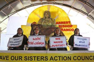 कोच्चि में आरोपी बिशप के खिलाफ विरोध प्रदर्शन करतीं पांच नन (फोटो साभार: रॉयटर्स)