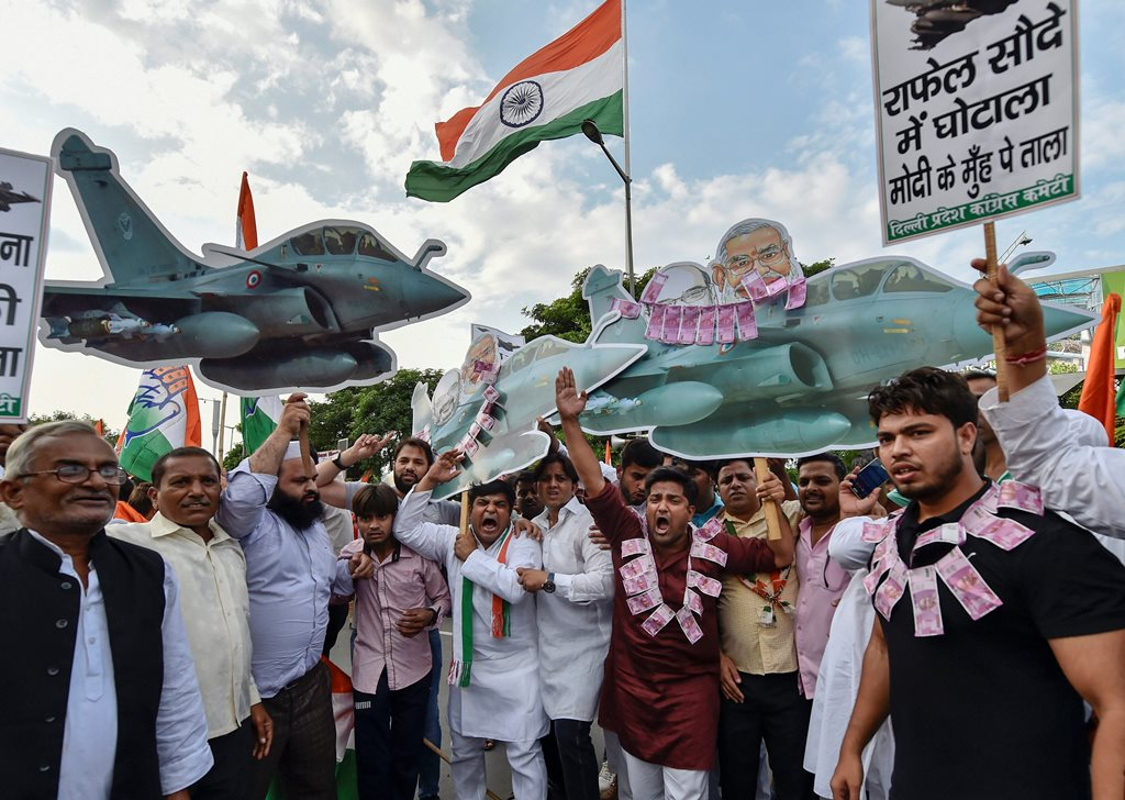 New Delhi: Congress Party supporters protest against the alleged corruption in Rafale Deal, in New Delhi, Saturday, Sept 8, 2018. (PTI Photo/Ravi Choudhary) (PTI9_8_2018_000164B)