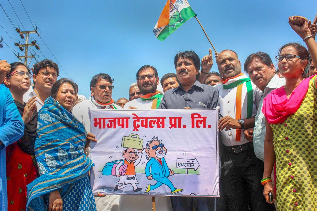 Bhopal: Congress workers raise slogans against Union Finance Minister Arun Jaitley during a protest over his alleged collusion with liquor baron Vijay Mallya before his departure to London, in Bhopal, Friday, Sep 14, 2018. (PTI Photo) (PTI9_14_2018_000110B)