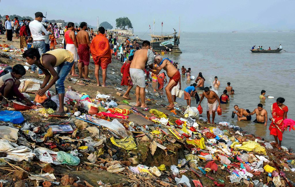Patna: Devotees take a holy dip in River Ganga on the first day of the Navratri festival in Patna, Wednesday, Oct 10, 2018. (PTI Photo) (PTI10_10_2018_000028B)