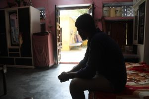 मेरठ में लव जिहाद के नाम पर विहिप के लोगों द्वारा पीटा गया युवक. (फोटो: मोनिज़ा हफ़ीज़ी)