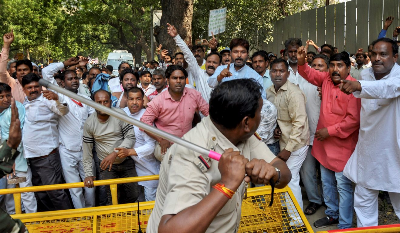 New Delhi: Police personnel use batons to disperse sanitation workers of Municipal Corporation of Delhi during a protest over their various demands at Parliament Street in New Delhi, Monday, Oct 8, 2018. (PTI Photo) (PTI10_8_2018_000096B)
