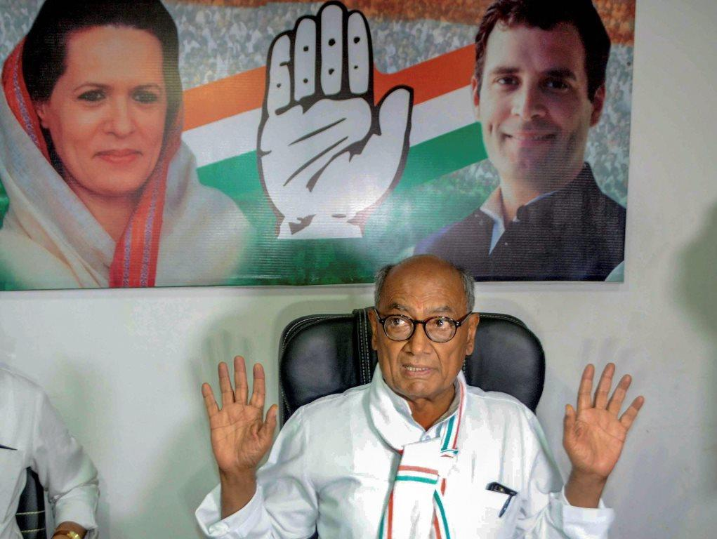 Bhopal: Senior Congress leader Digvijay Singh interacts with the media, at PCC headquarters in Bhopal, Monday, Nov. 19, 2018. (PTI Photo) (PTI11_19_2018_000128B)