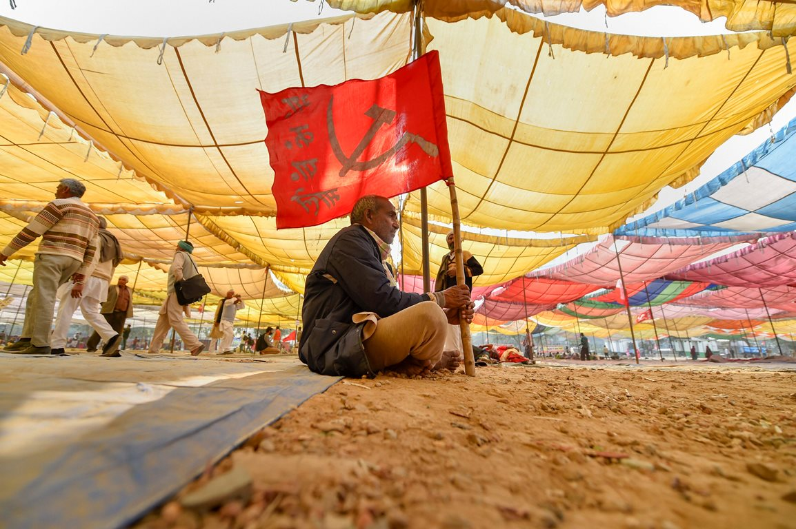 New Delhi: All India Kisan Sangharsh Coordination Committee (AIKSCC) members and farmers arrive for a two-day rally to press for their demands, including debt relief and remunerative prices for their produce, at Ramlila Maidan in New Delhi, Thursday, Nov. 29, 2018. (PTI Photo/Ravi Choudhary) (PTI11_29_2018_000077B)