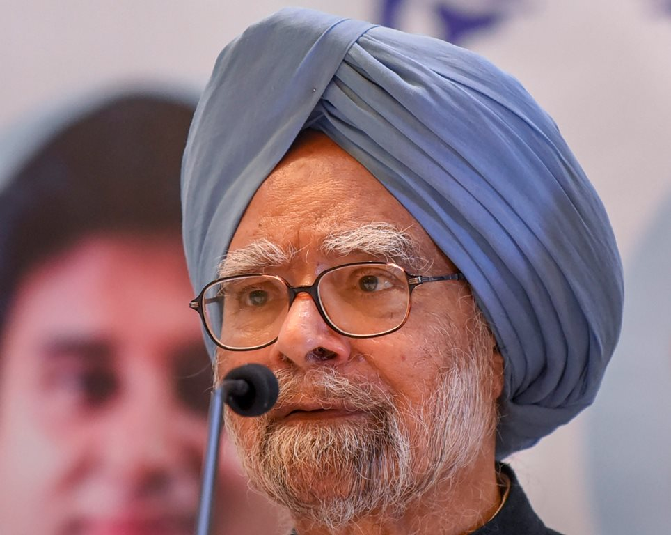 Indore: Former prime minister Manmohan Singh addresses a press conference, in Indore, Wednesday, Nov. 21, 2018. (PTI Photo) (PTI11_21_2018_000089B)