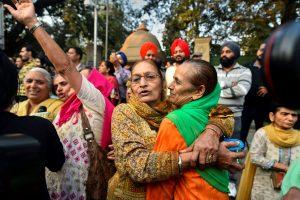 सिख विरोधी दंगा मामले में फैसला आने के बाद कोर्ट के बाहर खड़े लोग. (फोटो: पीटीआई)