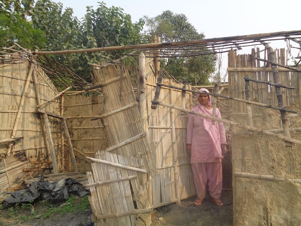 रकीमा ख़ातून की झोपड़ी को उपद्रवियों ने आग के हवाले कर दिया. (फोटो: उमेश कुमार राय/द वायर)