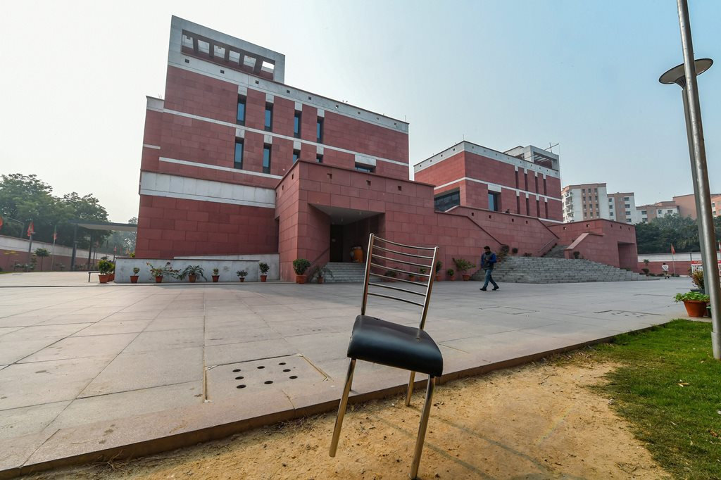 New Delhi: Bharatiya Janata Party (BJP) office wears a deserted look during the state Assembly results, in New Delhi, Tuesday, Dec.11, 2018. (PTI Photo/Shahbaz Khan ) (PTI12_11_2018_000069B)