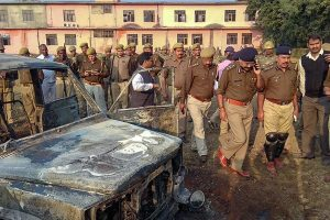 उत्तर प्रदेश के बुलंदशहर में सोमवार को हुई हिंसा के बाद उपद्रवियों ने वाहनों में आग लगाई और पथराव किया. (फोटो: पीटीआई)