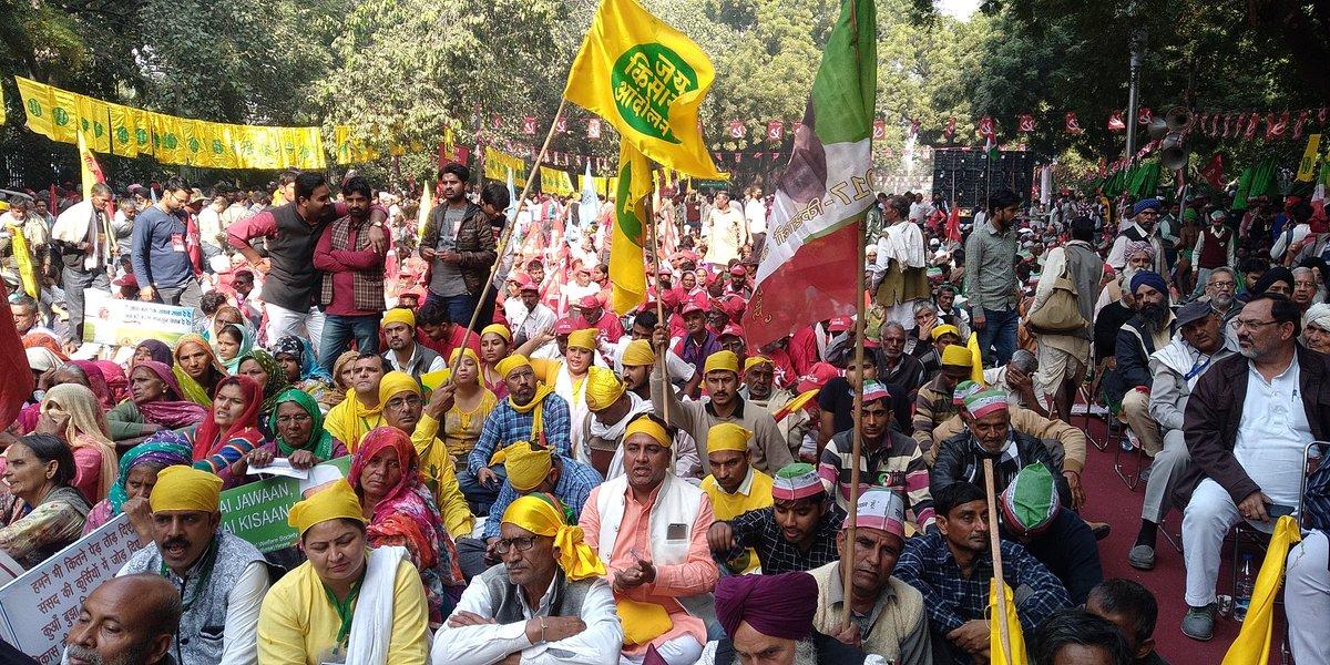 दिल्ली में हुए प्रदर्शन में शामिल किसान. (फोटो साभार: ट्विटर/@_SwarajIndia)
