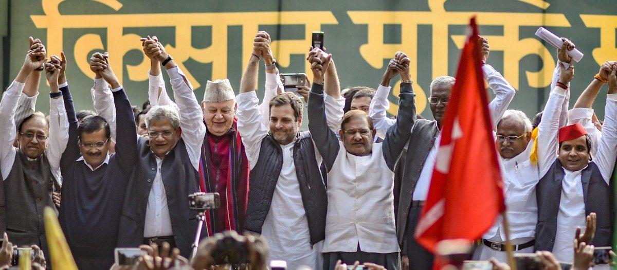 राजधानी नई दिल्ली में हुए किसान आंदोलन के दौरान अरविंद केजरीवाल, फ़ारूक़ अब्दुल्ला, शरद पवार, सीताराम येचुरी और अन्य नेताओं के साथ कांग्रेस अध्यक्ष राहुल गांधी. (फोटो: पीटीआई)