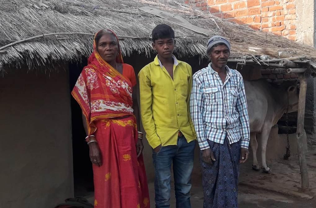 अपने बेटे के साथ गरीबन मांझी और उनकी पत्नी. (फोटो: उमेश कुमार राय/द वायर)