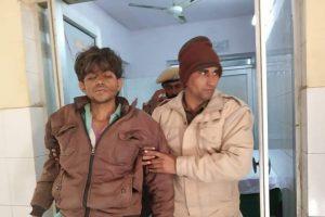 किशनगढ़बास के सामुदायिक स्वास्थ्य केंद्र में पुलिस के साथ मोहम्मद सगीर. (फोटो: द वायर/विजय सिंह)