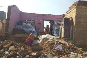 बारिश और ओलावृष्टि की वजह से ग्रेटर नोएडा के अलीवर्दीपुर गांव का एक क्षतिग्रस्त मकान. (फोटो: रोहिण कुमार/द वायर)