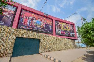 कराची के एक सिनेमा हॉल में भारतीय फिल्म का पोस्टर (फोटो साभार: www.kbcuratorial.com)