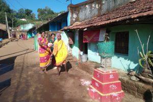कुचईपदर गांव की महिलाएं और तुलसी पूजन के लिए लाए गए पौधे. (फोटो: जसिंता केरकेट्टा)